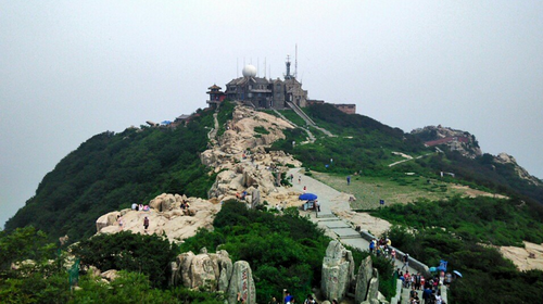 千佛山,东临泉城广场,北望大明湖,五龙潭,面积158亩,是以泉为主的国家